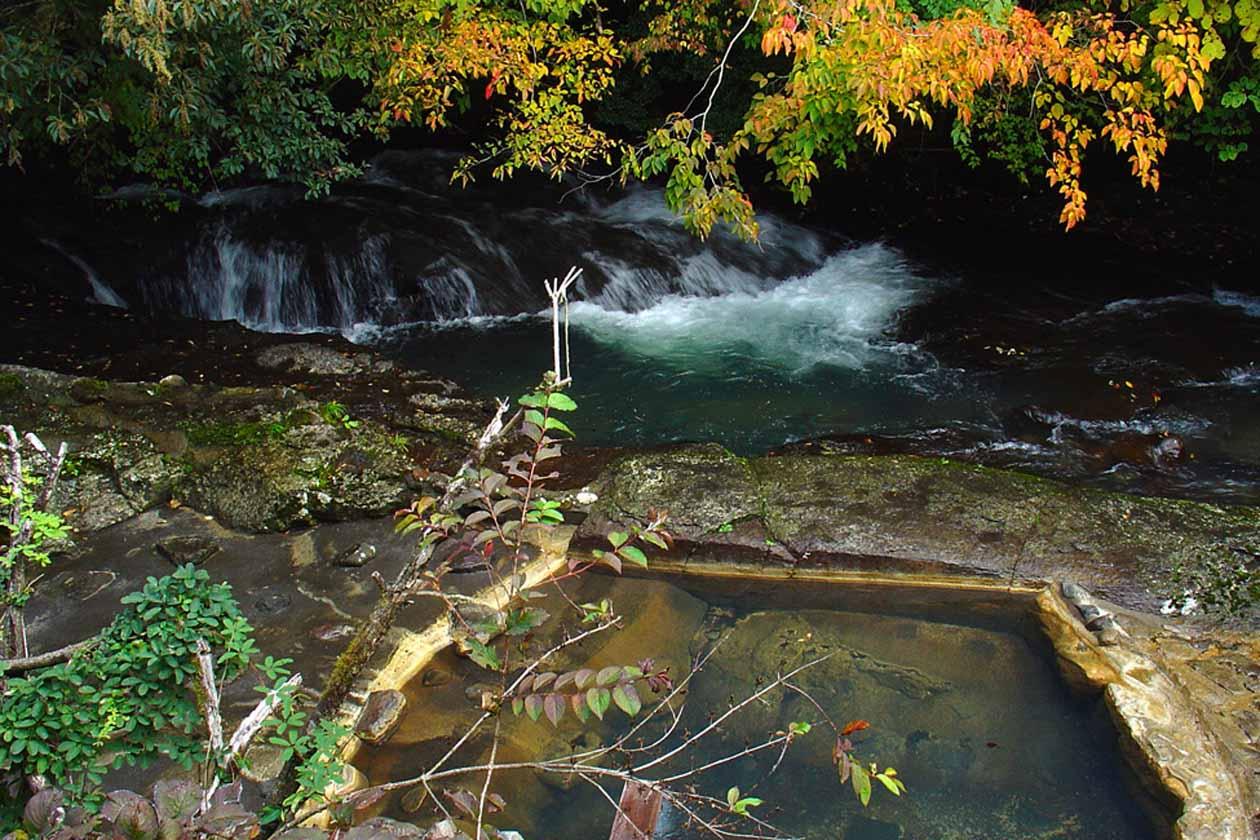藤もと 川湯の紅葉 撮影:ザクプラン高山恵