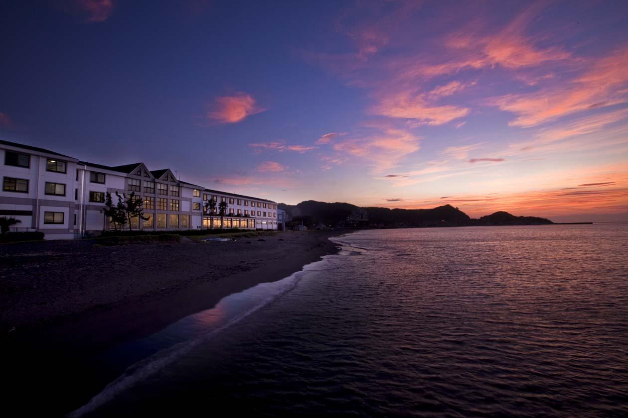 千葉県館山市 休暇村館山 美しい夕暮れの海に臨むホテル休暇村館山