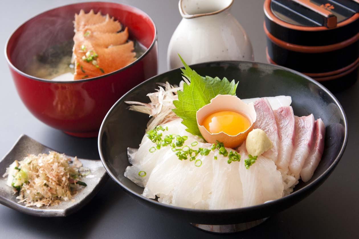 長崎県平戸市 豊鮨の海鮮丼。団扇海老(ウチワエビ)味噌汁