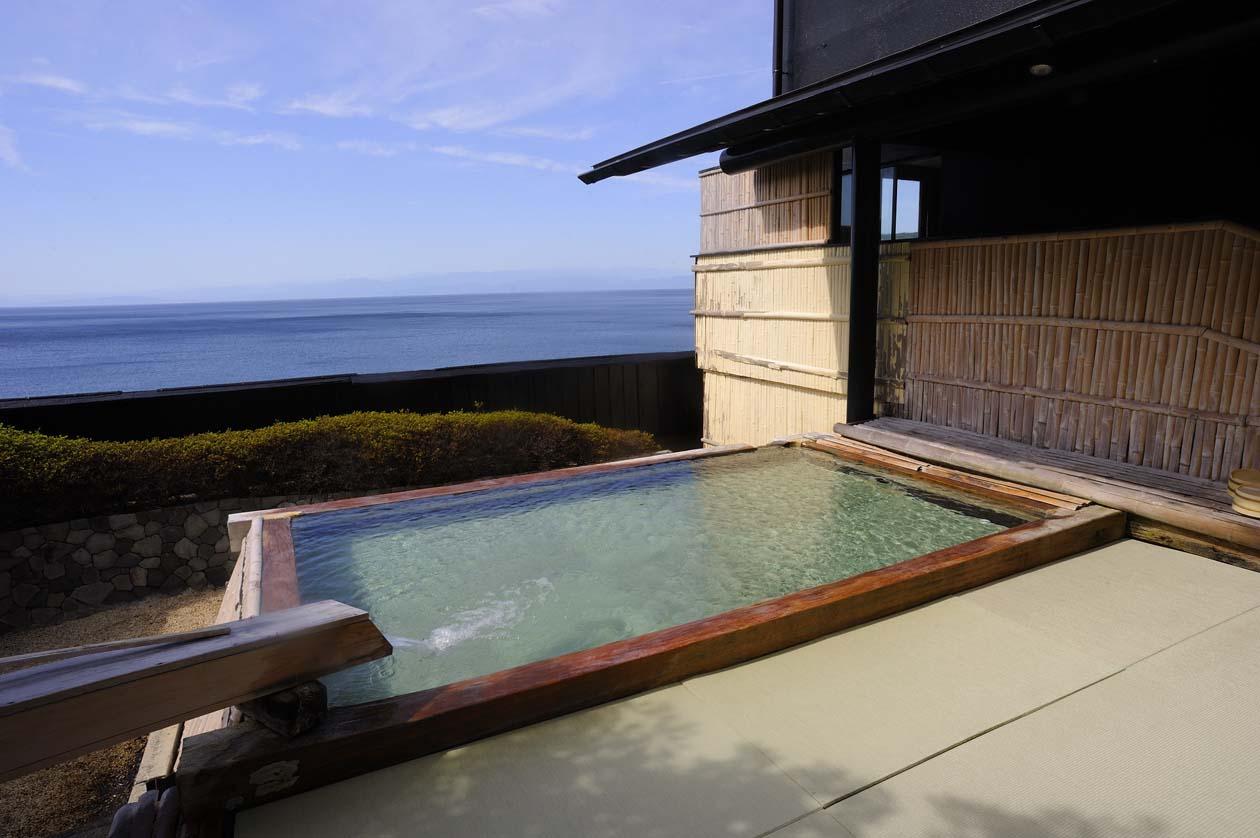 静岡県伊豆市土肥温泉 たたみの宿 湯の花亭 湯船の中まで畳敷き!大浴場の露天風呂