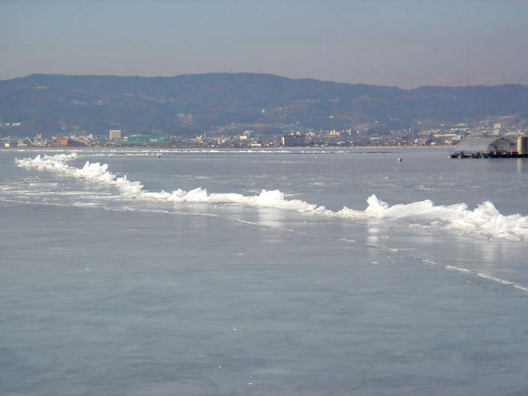 長野県諏訪市 諏訪湖の御神渡り おみわたり 冬の絶景