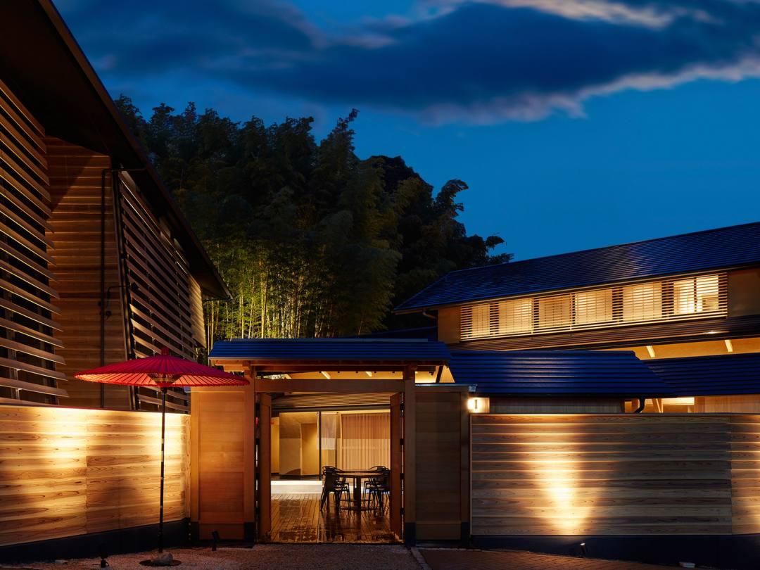 道後温泉 葛城 琴の庭 愛媛の木材を中心に建てられた美しい外観。全客室で「生湯」にこだわった源泉かけ流しの道後温泉が楽しめる唯一の宿