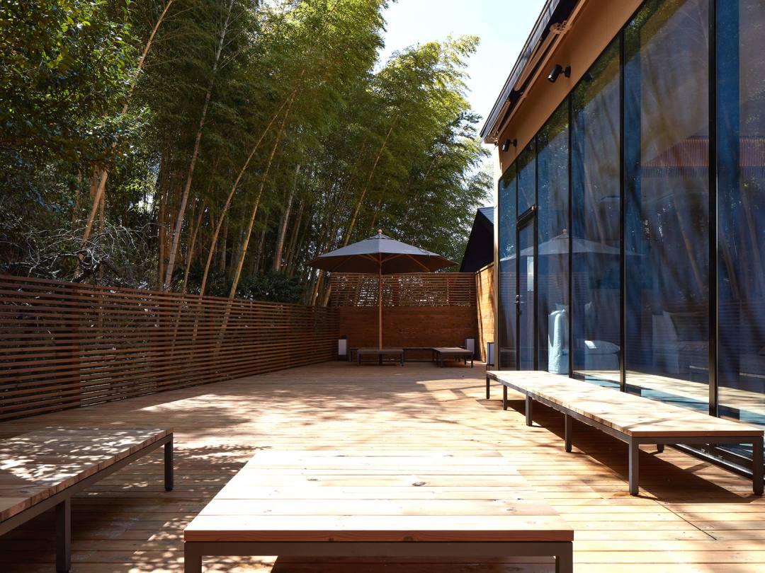 道後温泉 葛城 琴の庭 宿泊者専用のテラス「琴の舞台」。館内にはセルフサービスのフリードリンクコーナーもある