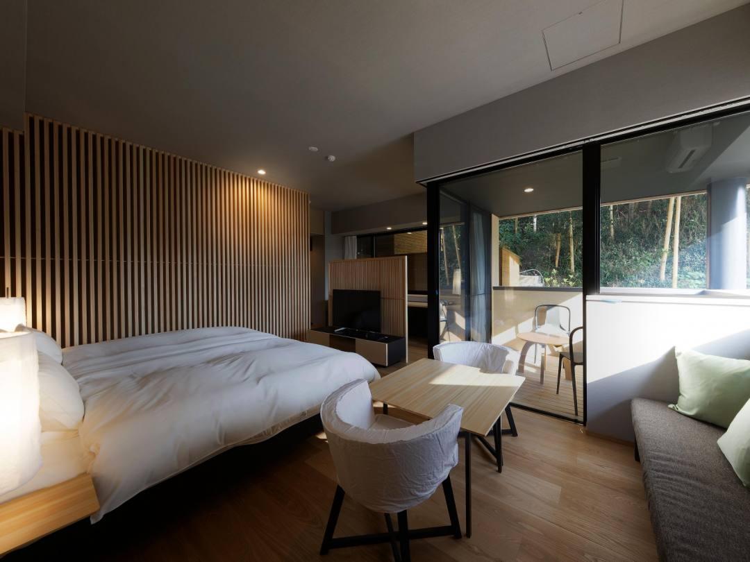 道後温泉 葛城 琴の庭 客室 メゾネット「萌黄」。白を基調としたインテリアが木の天然色を引き立てる。サータ社のベッドの寝心地はお客様にも喜ばれている