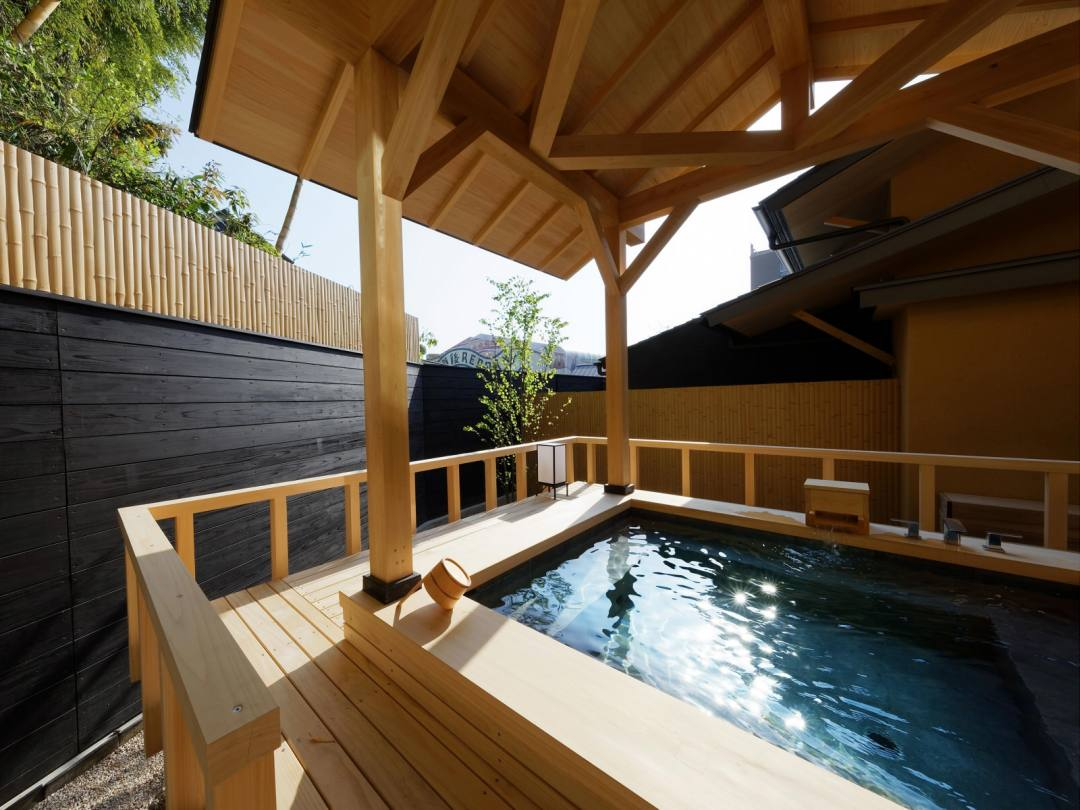 道後温泉 葛城 琴の庭 客室 メゾネット「萌黄」の専用露天風呂。一枚ものの檜の香りに癒される