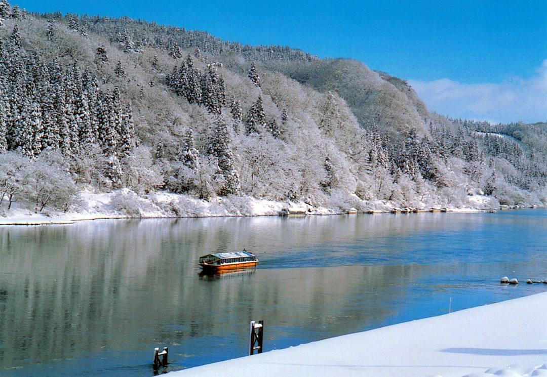 最上川芭蕉ライン川下りこたつ舟。青空と白銀の世界