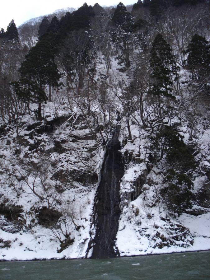 最上川芭蕉ライン川下りこたつ舟から見える凍った滝