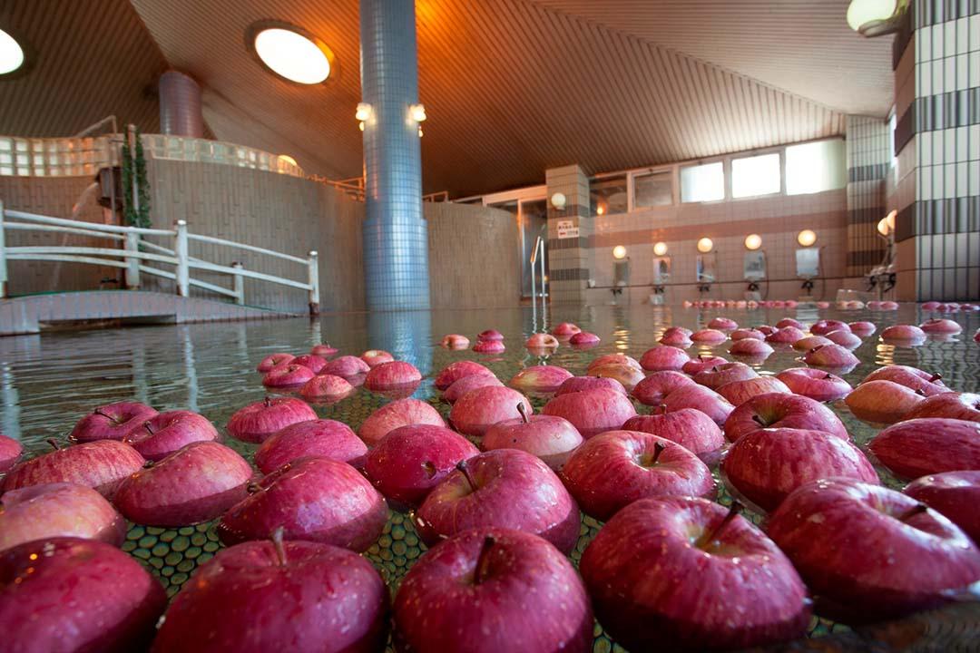 大量のりんごが温泉に浮かぶ南田温泉ホテルアップルランド