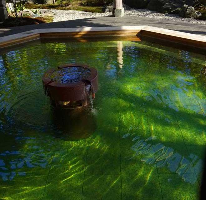 透き通った緑色の源泉・新潟県新発田市の月岡温泉