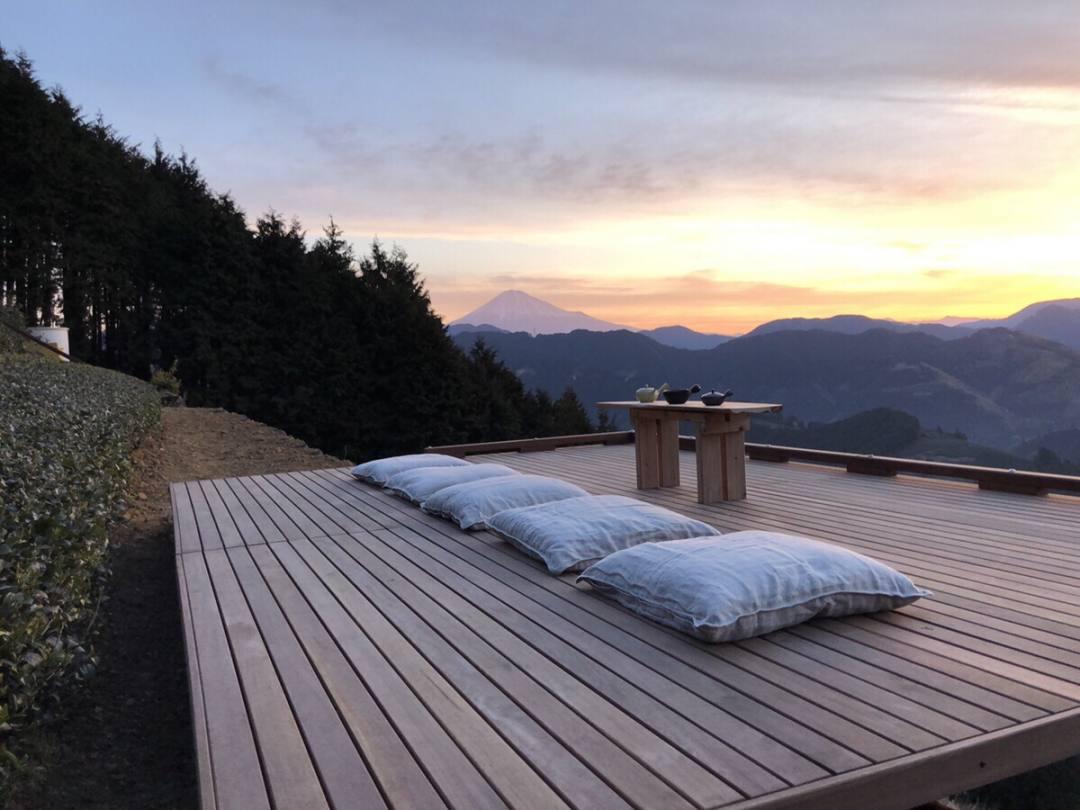 静岡県茶畑の絶景の中で最高に美味しいお茶を味わう。天空の茶の間